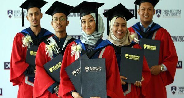 PEKAN, 21 Julai -- CEMERLANG … Pelajar terbaik Adlina Syazlin Faizul (tengah), Muhammad Asyraff Yusni (kiri), Muhammad Syairazi Mazlin (dua, kiri), Amira Aqilah Long Nasdzran (dua kanan) dan Salfril Samad bersama anugerah yang diterima pada majlis Konvokesyen DRB-Hicom University of Automotive Malaysia Ke-5, hari ini. --fotoBERNAMA (2018) HAK CIPTA TERPELIHARA